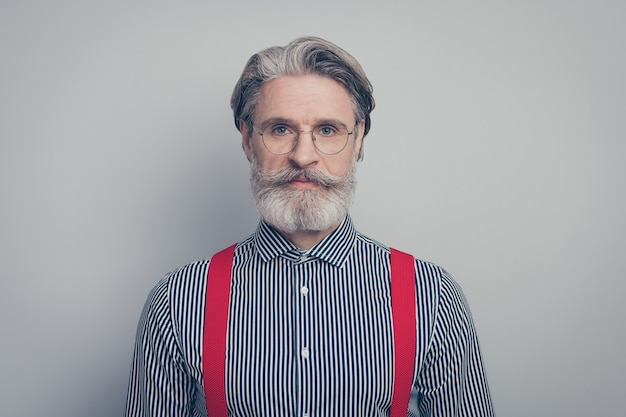 그의 좋은 매력적인 부과 노인 콘텐츠 심각한 남자 지도자 회사 소유자의 근접 촬영 초상화 회색 파스텔 컬러 배경 위에 절연