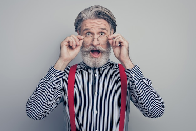 그의 좋은 매력적인 부과 우아한 기쁜 쾌활 한 남자 지도자 파트너 감동 안경 omg 회색 파스텔 컬러 배경 위에 절연의 근접 촬영 초상화