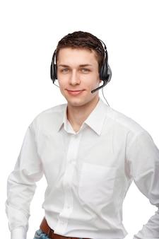 男性の顧客サービス担当者またはコールセンターの労働者のクローズアップの肖像画