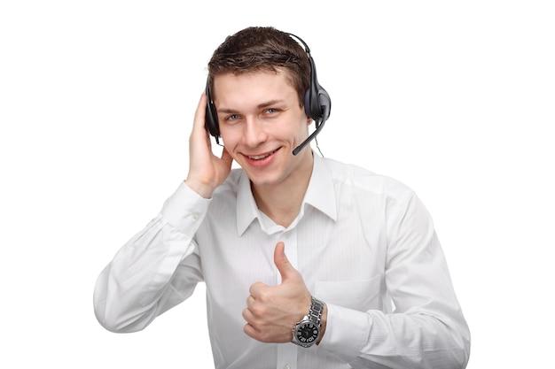 Крупным планом портрет мужской службы поддержки клиентов, говорящей с гарнитурой