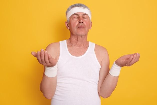 Макрофотография [портрет зрелого мужчины с закрытыми глазами