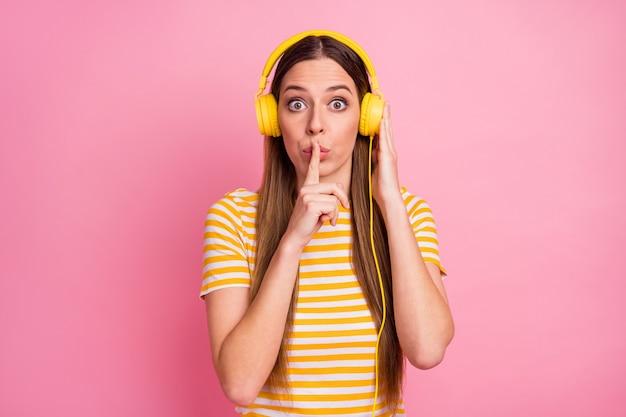 쉿 기호를 보여주는 신비한 재미있는 여자 듣기 라디오의 근접 촬영 초상화
