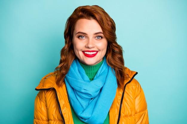 예쁜 아름다운 아가씨 이빨 빛나는 미소의 근접 촬영 초상화는 따뜻한 봄 날 착용 캐주얼 노란색 외투 블루 스카프 녹색 터틀넥을 즐길 수 있습니다.