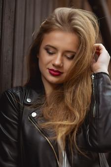 スタイリッシュなジャケットに身を包んだかなり金髪のモデルのクローズアップの肖像画