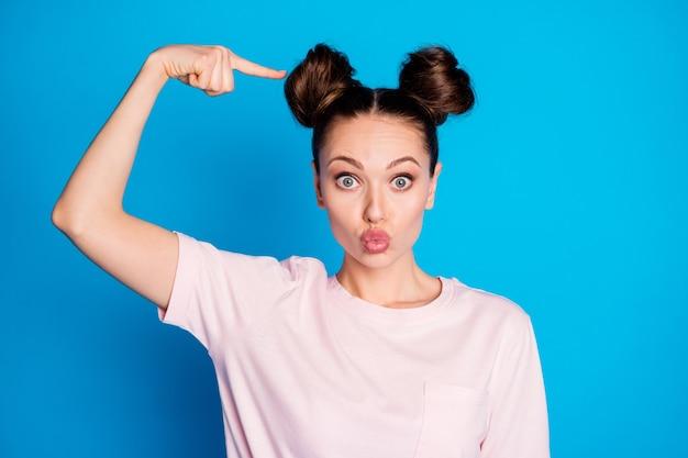 新しい髪型を示すかなり面白い女の子のクローズアップの肖像画