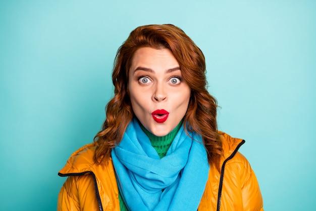 꽤 재미있는 여자 오픈 입의 근접 촬영 초상화 들어 믿을 수없는 좋은 소식 중독 된 구매자 노란색 외투 파란색 스카프 녹색 터틀넥 착용.