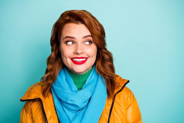 예쁜 아가씨 좋은 분위기의 근접 촬영 초상화 관심 측면 빈 공간을 찾고 캐주얼 노란색 외투 블루 스카프 녹색 터틀넥을 착용하십시오.