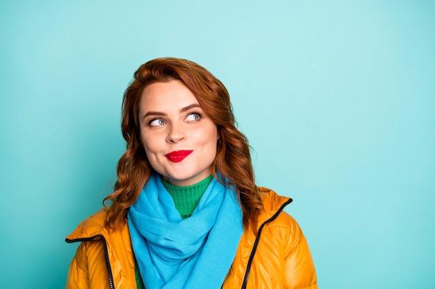 빈 공간 상상의 비행 창조적 인 똑똑한 사람을 찾는 예쁜 아가씨의 근접 촬영 초상화는 노란색 외투 파란색 스카프 녹색 터틀넥을 착용하십시오.