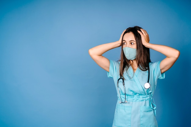 Крупным планом портрет грубо разочарованного расстроенного ошеломленного, безумного медицинского работника, кричащего на медсестру