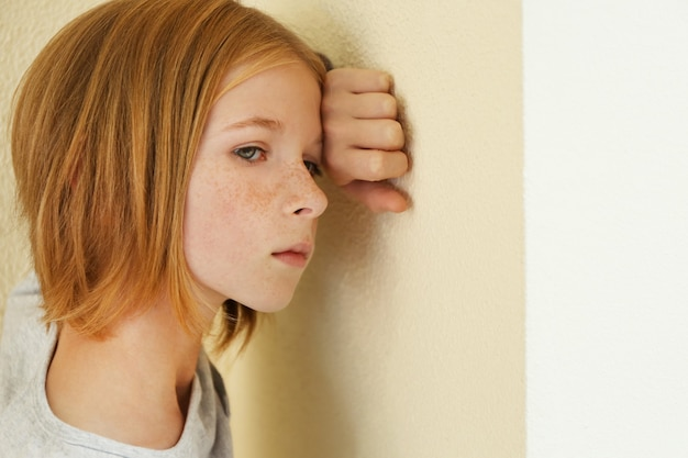슬픈 어린 소녀의 근접 촬영 초상화