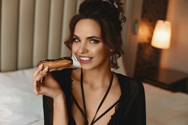 セクシーな完全な唇を持つ官能的な魅力的な女性のクローズアップの肖像画