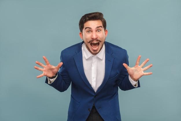 仕事でストレスのたまったマネージャーのクローズアップの肖像画は咆哮を叫ぶ