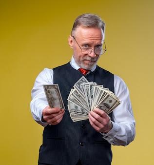 그냥 많은 돈을이긴 슈퍼 흥분된 수석 성숙한 남자의 근접 촬영 초상화