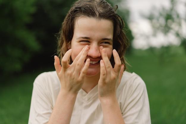 10代の少女のクローズアップの肖像画屋外で暖かい夏の雨