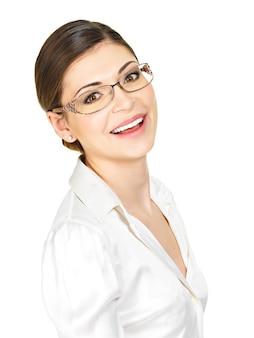 Крупным планом портрет красивой счастливой молодой женщины в очках и белой офисной рубашке, изолированные на белом фоне