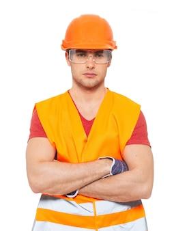 白い背景で隔離のオレンジ色の制服で考える便利屋のクローズアップの肖像画