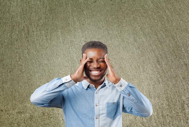 화가, 좌절, 압도, 스트레스 젊은 남자의 근접 촬영 초상화