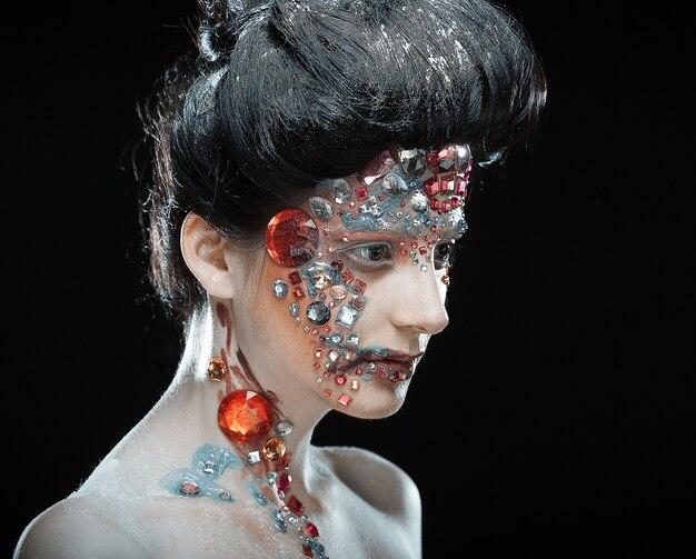 芸術的なメイクアップと女性のクローズアップの肖像画。贅沢なイメージ。