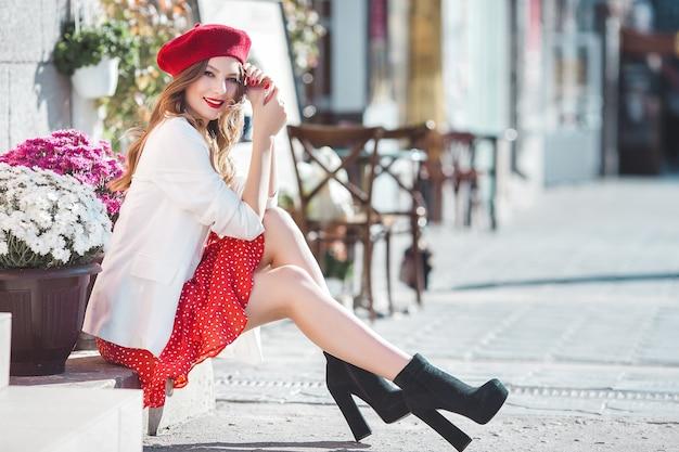 赤いベレー帽を身に着けている若い美しい女性のポートレート、クローズアップ。フランス人の女の子。