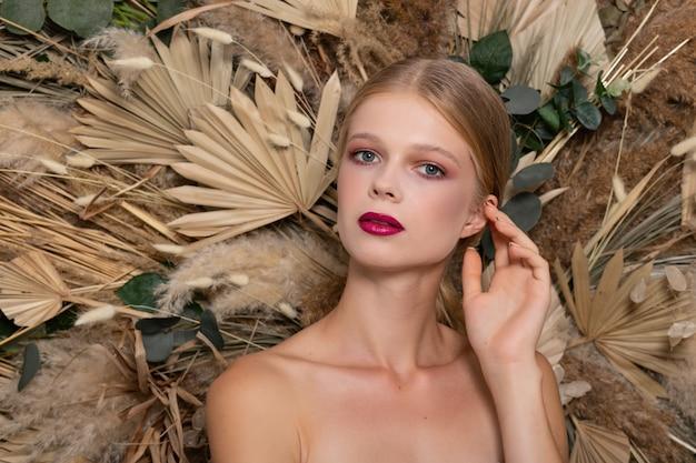 얼굴의 건강한 피부를 가진 젊은 아름 다운 여자의 근접 촬영 초상화.