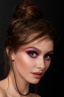 明るいピンクのスモーキーな目を持つ若い美しい女性のクローズアップの肖像画。ファッションメイク。現代の明るい夏のメイクアップ