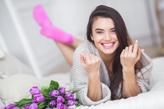 Портрет крупным планом молодой очень красивой женщины брюнетки с цветами