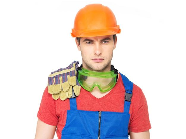 Closeup ritratto di lavoratore serio in uniforme isolato su sfondo bianco