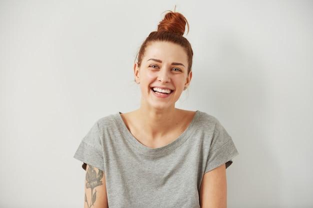完璧な笑顔と白い歯に笑みを浮かべてポートレート、クローズアップの女性