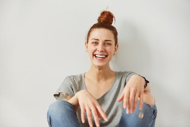 Крупным планом портрет женщина улыбается с идеальной улыбкой и белыми зубами