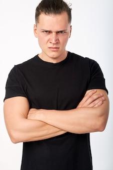 クローズアップの肖像画。カメラを見て怒っている若者。人間の感情と否定的な感情