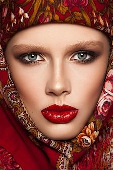 Портрет крупным планом чувственной гламурной красивой женщины-модели со свежим ежедневным макияжем
