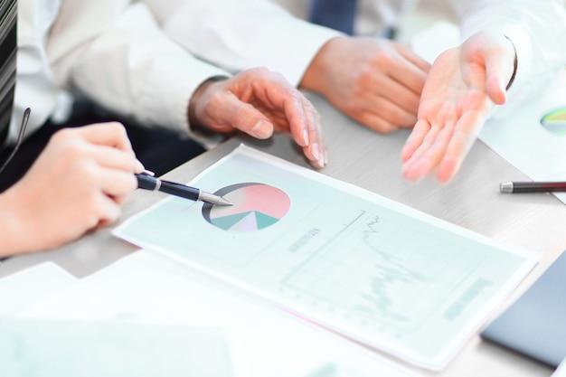 Крупный план. профессиональная бизнес-команда обсуждает маркетинговые данные. бизнес-концепция