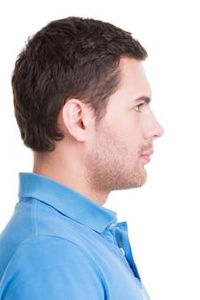 블루 셔츠-흰색 절연에 잘 생긴 남자의 근접 촬영 프로필 초상화.