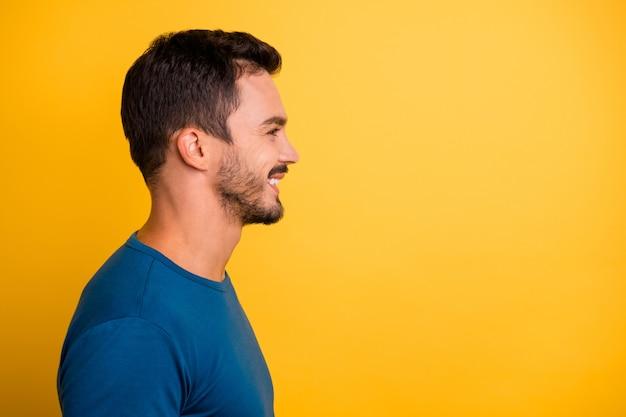 Крупным планом профиль вид сбоку портрет симпатичного привлекательного веселого парня