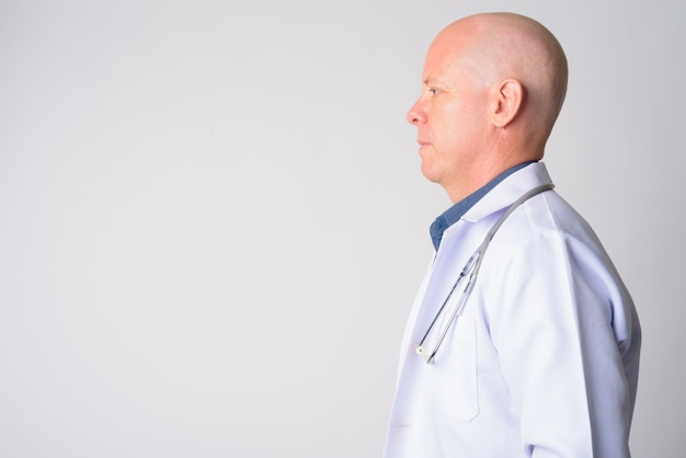 成熟したハンサムなハゲ男医師のプロファイルのクローズアップビュー