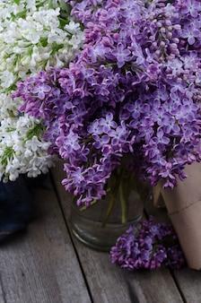 Крупный план фиолетовые цветки сирени на старом деревянном столе.
