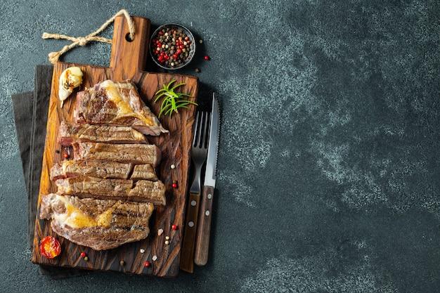 Крупный план готов съесть стейк рибай.