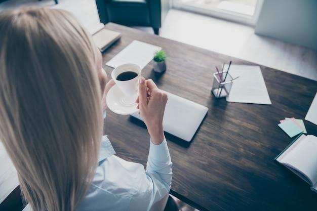 Крупным планом сзади сзади вид портрет девушки эксперт пить кофе