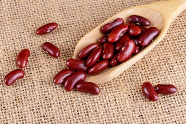 分離された木製のボウルにクローズアップ小豆またはインゲン豆。