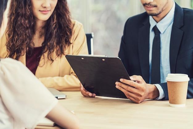 Резюме крупным планом в двух руках менеджера, когда обсуждают ее резюме с движением счастья