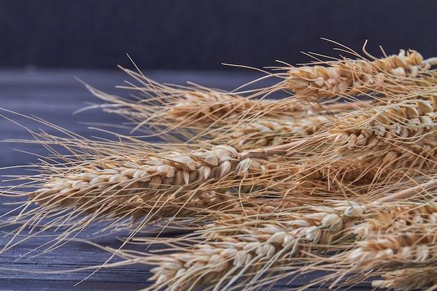 Крупный план зерна злаков ржаного хлеба на черном фоне