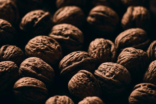 Крупным планом селективный фокус выстрел из вкусных свежих грецких орехов на деревянной поверхности