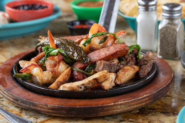 プレート上の揚げ肉と野菜のクローズアップセレクティブフォーカスショット