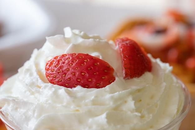 新鮮なイチゴとホイップクリームのクローズアップ選択フォーカスショット