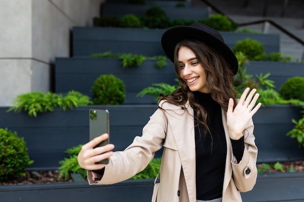 도시에서 매력적인 여자의 근접 촬영 selfie 초상화 학생.
