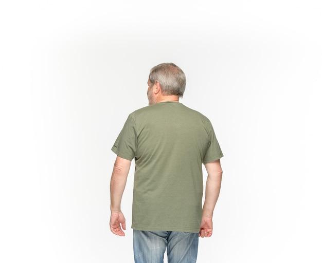 Primo piano del corpo dell'uomo maggiore in maglietta verde vuota su bianco.