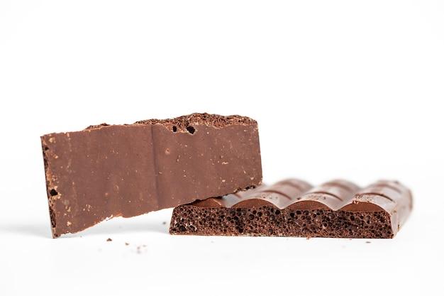Colpo del primo piano di pezzi di cioccolato a bolle isolati su uno sfondo bianco