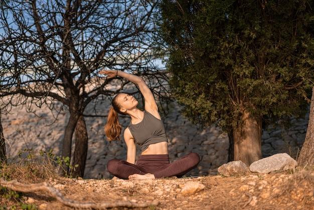 Primo piano di una donna caucasica che pratica yoga in montagna, germania