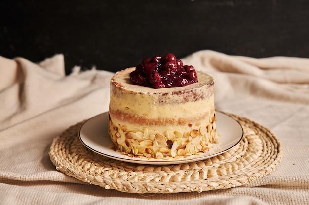 Colpo del primo piano della torta di ciliegie con crema