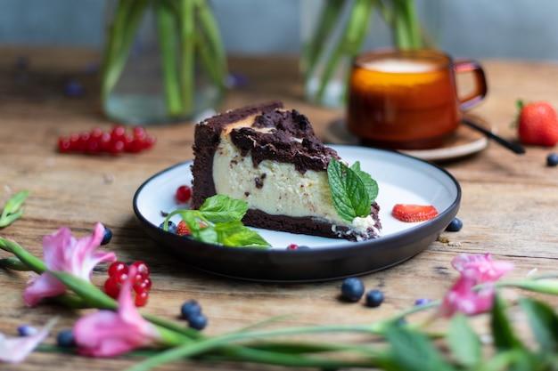 Colpo del primo piano della cheesecake al cioccolato sul tavolo